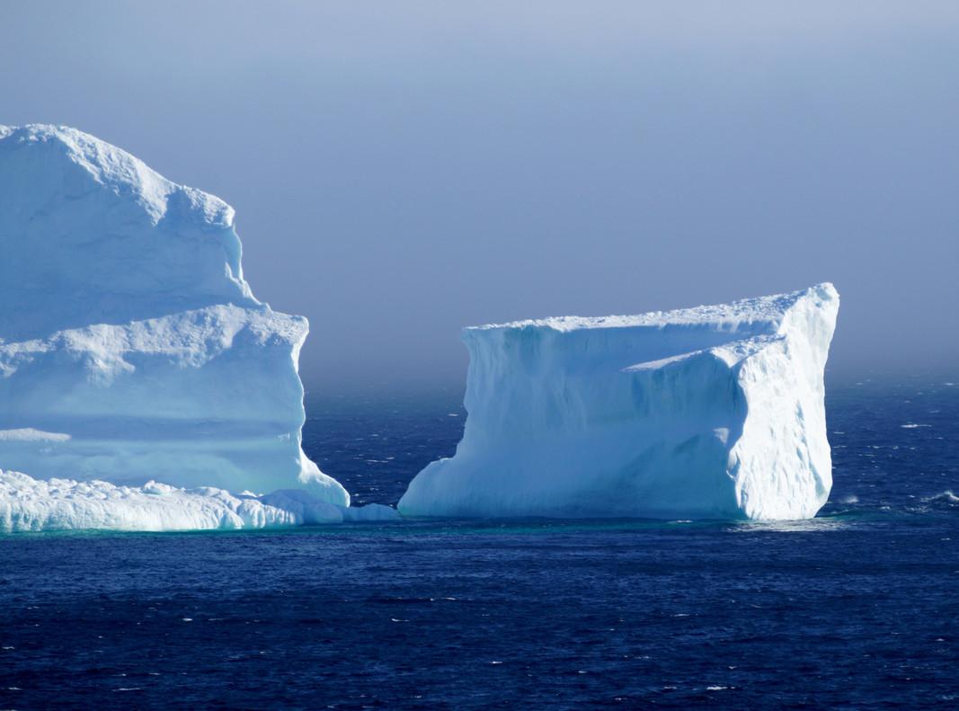 El primer iceberg de la temporada pasa por la costa sur de Terranova y Labrador (Canadá), también conocido como el 'callejón del iceberg', cerca de la localidad de Ferryland.