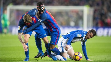 Rafinha y Digne se estorban mientras Tito (Leganés), en el suelo, se lleva el balón.