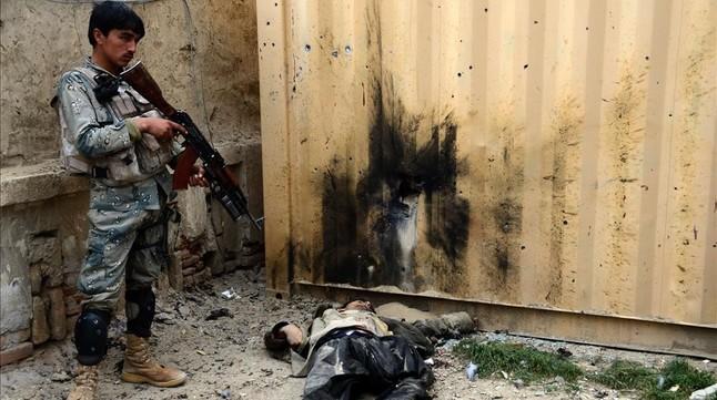 Un talibán infiltrado en la policía afgana droga y mata a tiros a 10 agentes