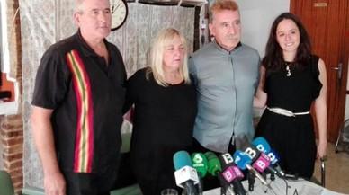La familia de la ni�a agredida y su amogado (segundo por la derecha), durante la comparecencia de este s�bado ante los medios de comunicaci�n.