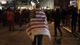 Un hombre camina por la zona cero de Nueva York envuelto en una bandera americana, durante las celebraciones por la muerte de Osama bin Laden.