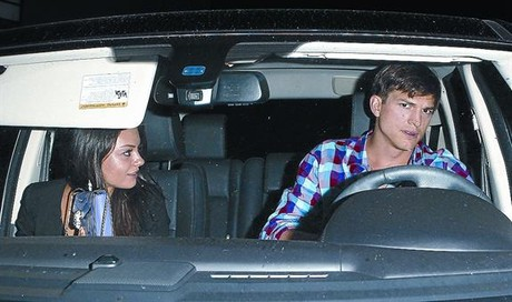 Ashton Kutcher y Mila Kunis, la noche del jueves, cuando abandonaban un restaurante de Hollywood.