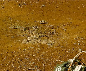 Arriba, estribaciones del monte Sharp captadas por el 'Curiosity' (el color, segn la NASA, est modulado para facilitar la deteccin de estratos). Abajo, 'autorretrato' del robot y rocas movidas por efecto del amartizaje.