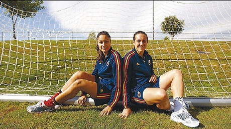 Debora Garca y Melisa Nicolau, tras el entrenamiento del mircoles de la seleccin espaola femenina de ftbol.