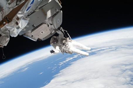 El astronauta Nicholas Patrick trabaja en el mantenimiento de la cubierta de la estaci�n espacial. La foto est� fechada en el 17 de febrero del 2010.
