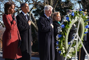 Barack Obama y su mujer, Michelle, junto al matrimonio Clinton, ante la tumba de JFK, el miércoles en el cementerio de Arlington.