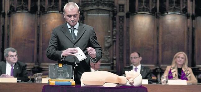 Demostración del uso del desfibrilador, en el Saló de Cent del ayuntamiento, ayer.