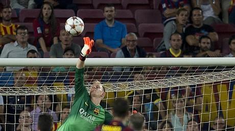 Ter Stegen realiza un parada decisiva en su debut con el Bar�a ante el Apoel en la primera jornada de la Champions.