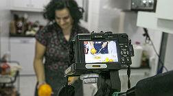 Montse Comesa�a, en la cocina de su casa con el kit de grabaci�n.
