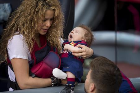 Shakira, Sasha y Piqu�, en el Camp Nou.
