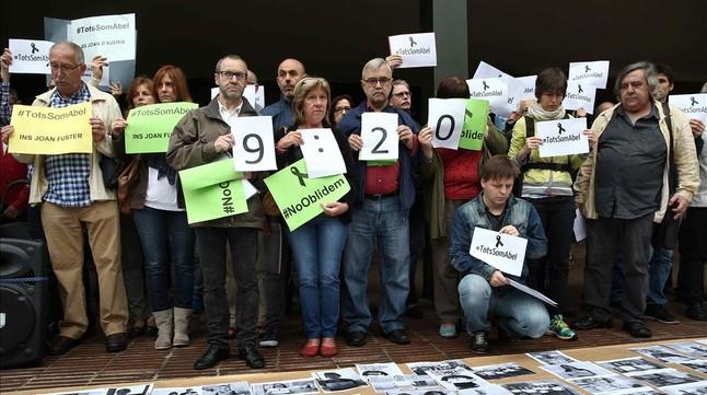 Docentes catalanes, concetrados ante el departamento de Ensenyament en un acto de homenaje al profesor Abel Martínez Oliva, fallecido hace un mes tras el ataque de un alumno en el instituto Joan Fuster de Barcelona.