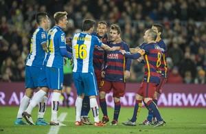 Tangana entre los jugadores del Barça y el Espanyol.