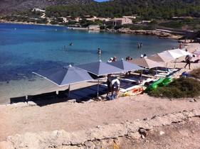 Playa de Cabrera, con las hamacas y las tumbonas instaladas.