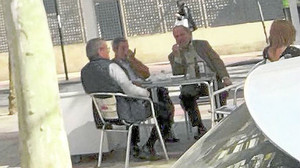 El juez Pérez-Templado, en una terraza con un dirigente del PP de Murcia.