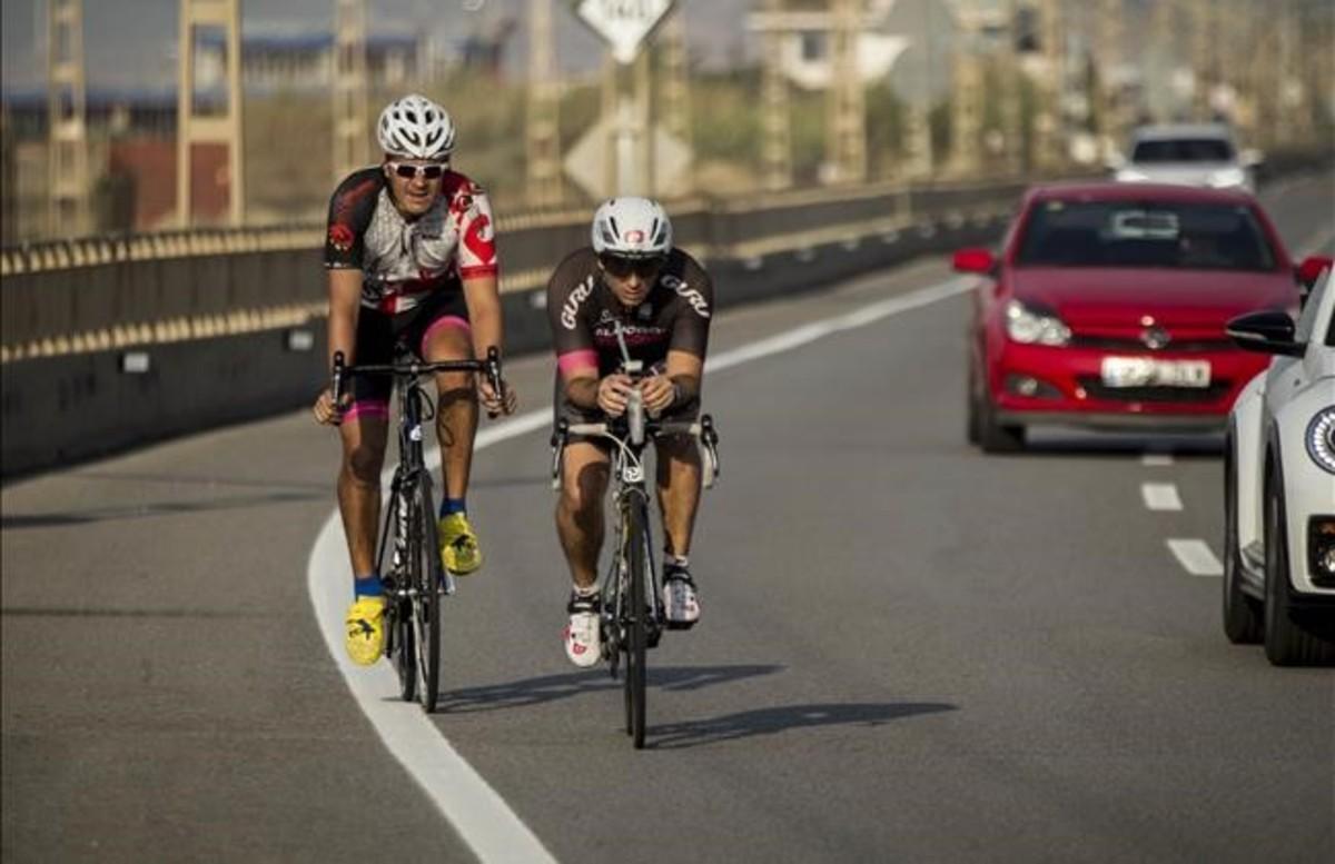 zentauroepp38909931 calella 16 06 2017 ciclistas amateurs rodando por la carre170616163236