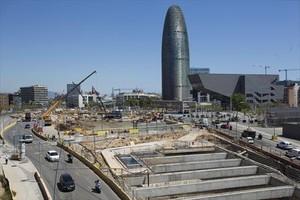 Desvíos 8La torre Agbar, al fondo, rodeada de las obras de la plaza de las Glòries.