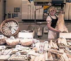 Maria Masclans, en su puesto del mercado de Sant Antoni.