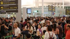 Colas para pasar el control de seguridad de la T-1, en el aeropuerto de El Prat.