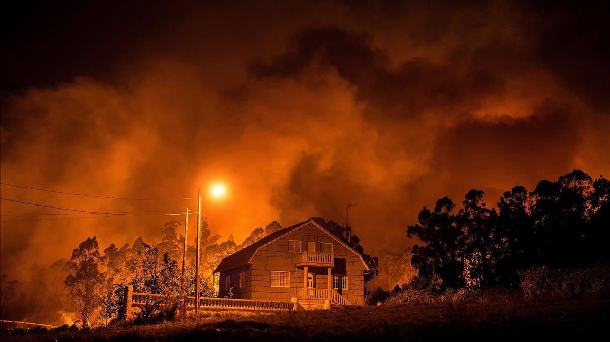 Una vivienda rodeada por el fuego en el municipio de Nigran, Ourense.