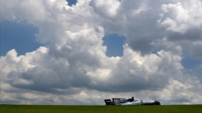 El campeón británico Lewis Hamilton y su Mercedes, bajo los nubarrones del Autódromo de Río de Janeiro.
