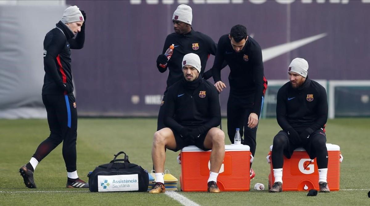 Rakitic, Dembéle, Suárez, Busquets y Messi, en el entrenamiento de hoy, en Barcelona.