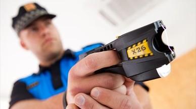 Un agente de policía local, con una pistola eléctrica.