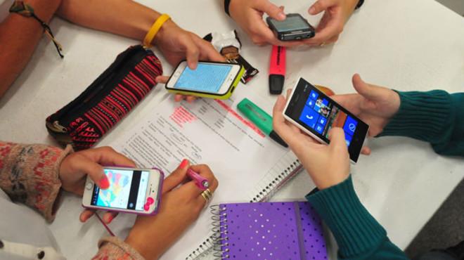 Un grupo de j�venes hace uso desus smartphones.