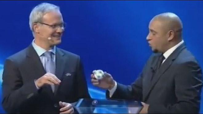 Aquest �s el pol�mic moment en qu� Roberto Carlos extreu i torna una de les boles en el sorteig de la Champions.