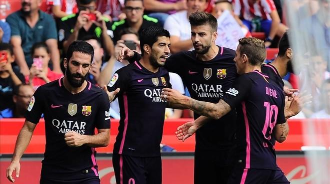 Arda, Piqu� y Digne felicitan a Su�rez por el 0-1 contra el Sporting.