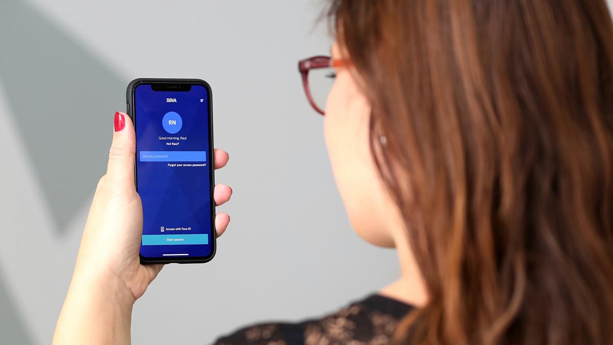 BBVA permet enviar diners a altres mòbils a través de la veu i via 'chatbots'