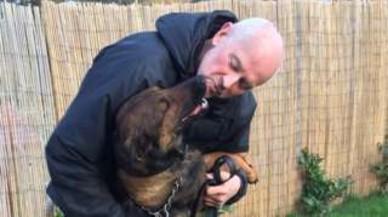La història d'amor entre un gos policia i el seu cuidador