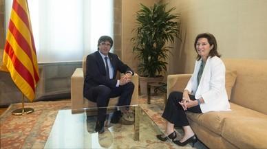 El presidente Carles Puigdemont con la directora de BBVA en Espa�a, Cristina de Pariaa, antes de la firma de convenio.