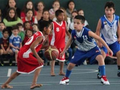 Ni�os ind�genas mexicanos que juegan descalzos a baloncesto hacen historia