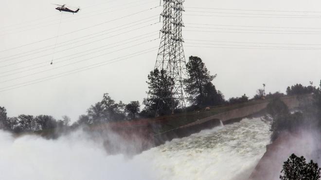Un esvoranc en una presa obliga a evacuar gairebé 200.000 persones a Califòrnia