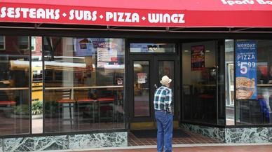 Un hombre se dispone a entrar en una hamburguesería del centro de Hagerstown (Maryland).