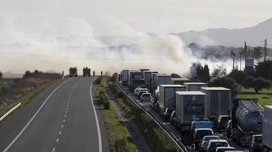 Un incendi a Cambrils obliga a tallar la circulació a l'AP-7