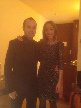 Iniesta y su mujer Anna posan de gala para twitter