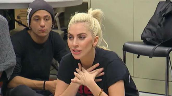 Lady Gaga, en el encuentro con jóvenes gais a los que explicó su enfermedad.