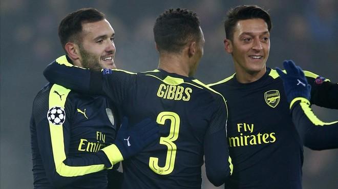 Lucas Pérez, a la izquierda, celebra uno de sus goles junto a Gibbs y Özil.