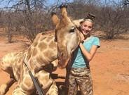 �Aryanna Gourdin junto a una de sus presas, una jirafa