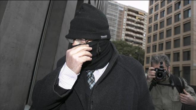 El pederasta confeso Joaquim Benítez el pasado mes de febrero entrando en el Instituto de Medicina Legal de Barcelona.