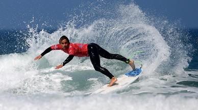 El portugués Guilherm Fonseca participa en la prueba ISA World Surfing Game en Biarritz.