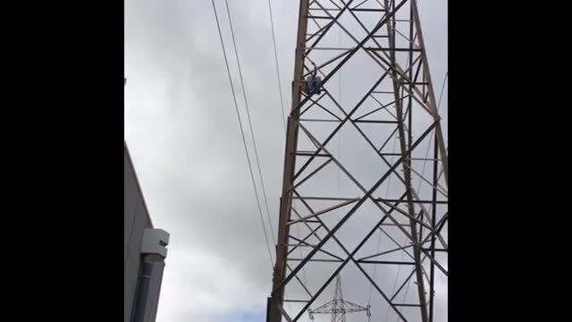 Rescat d'un home mig despullat que es negava a baixar d'una torre elèctrica