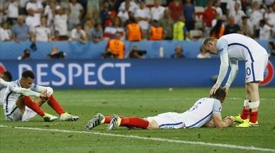 Rooney intenta consolar a sus compañeros tras la debacle inglesa ante Islandia.