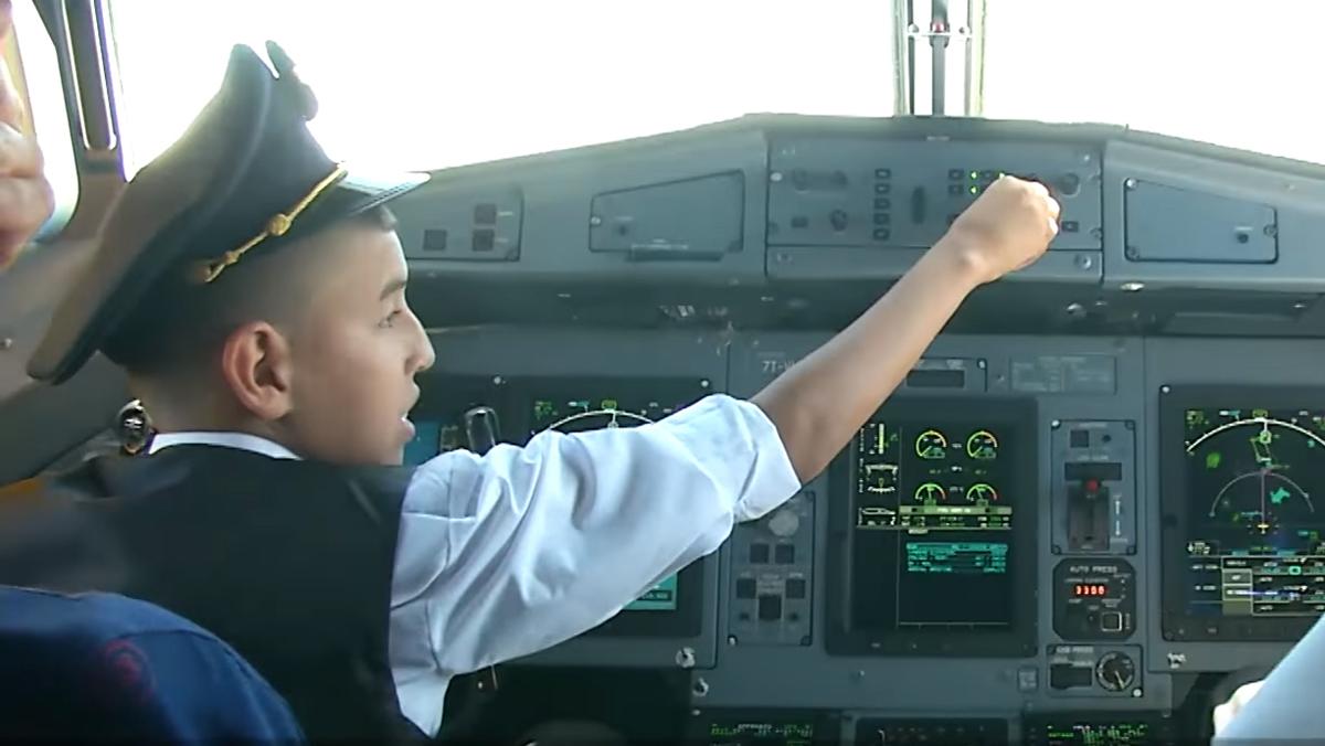 Suspendidos dos pilotos por dejar conducir un avión a un niño de 12 años