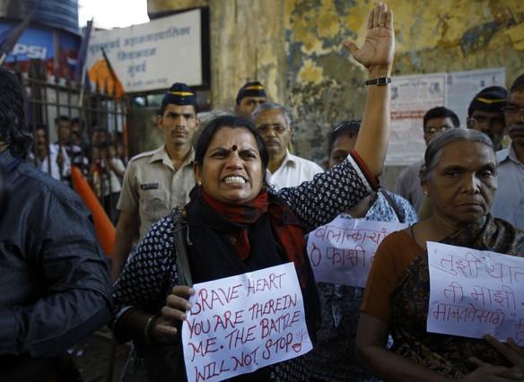 Miles de personas se manifiestan en la India por la muerte de la joven violada