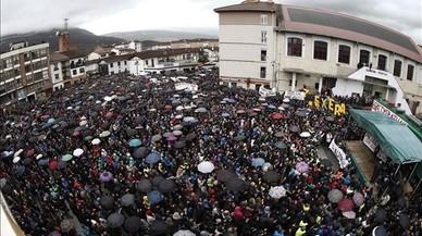 Multitudinària protesta a Altsasu contra les detencions de 9 joves per agredir dos guàrdies civils