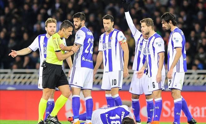 Varios jugadores de la Real protestan al árbitro durante el partido de Liga contra el Barça en Anoeta en noviembre.