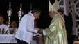 Raúl Castro saluda al Papa al final de la eucarística en la plaza Antonio Maceo.