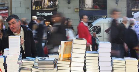 Clientes miran libros el día de Sant Jordi.